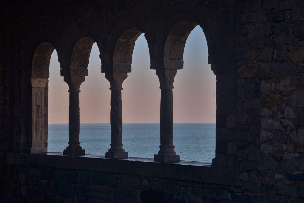 Particolare del mare visto dalla quadrifora della Chiesa di San Pietro