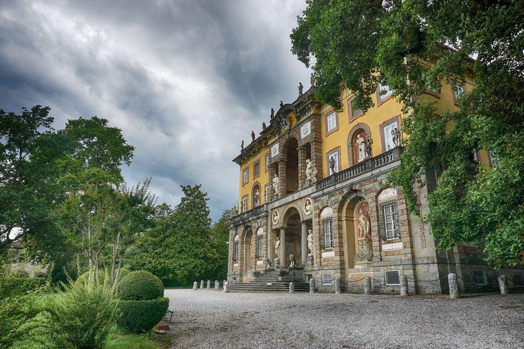 veduta della facciata di Villa Torrigiani e delle statue decorative